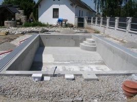 Vyzděné stěny bazénu