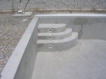 Vyzděné bazénové schodiště