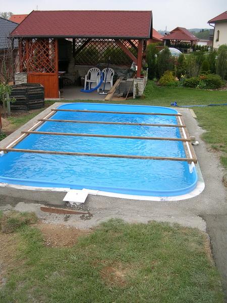 Obetonování plastového bazénu