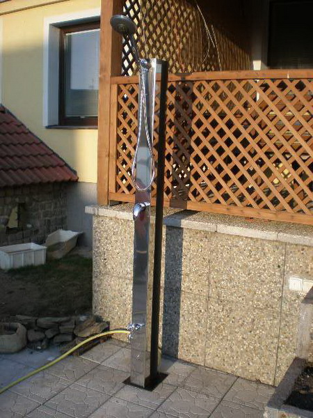 Závěsná solární sprcha s nerezovým krytem