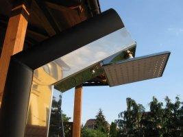 Šikmá solární sprcha v nerezovém provedení s růžicí tropický déšť
